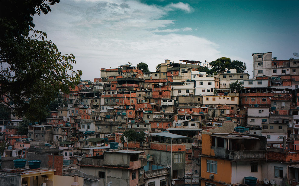 """Favela: Four Decades of Living on the Edge in Rio de Janeiro"" gains Portuguese version"