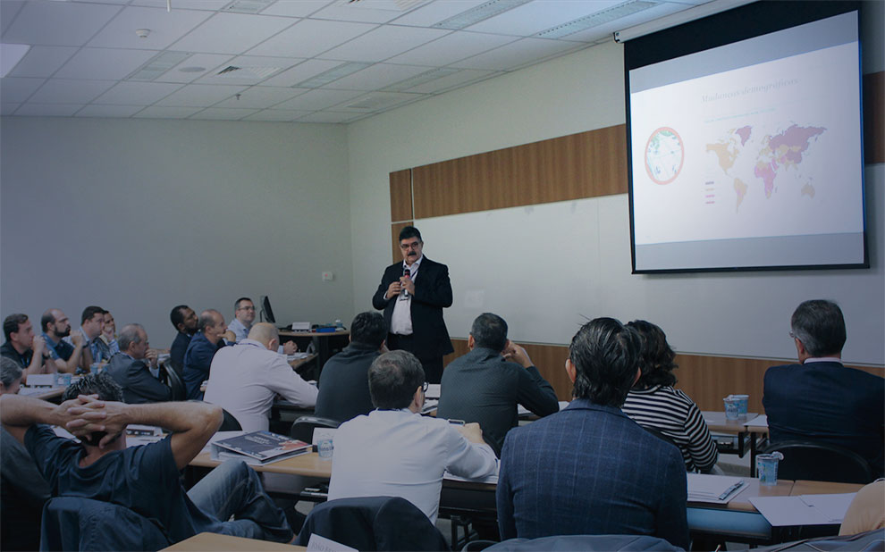Presidente da PwC Brasil palestra para líderes empresariais em São Paulo