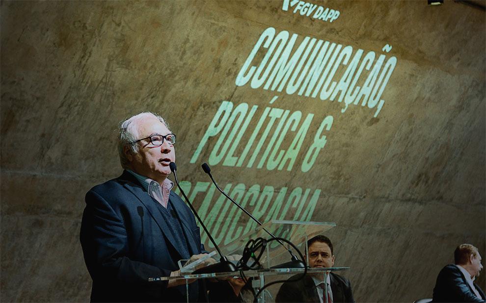 Manuel Castells aborda crises das democracias em tempos de redes sociais e desinformação