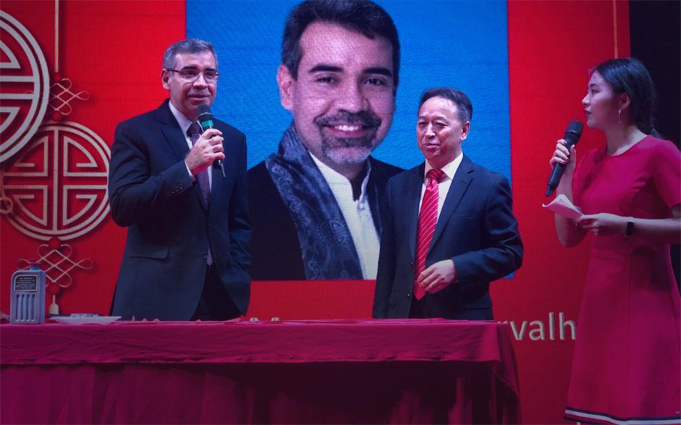 Consulado da China faz homenagem a professor por sua contribuição nas relações do país com o Brasil