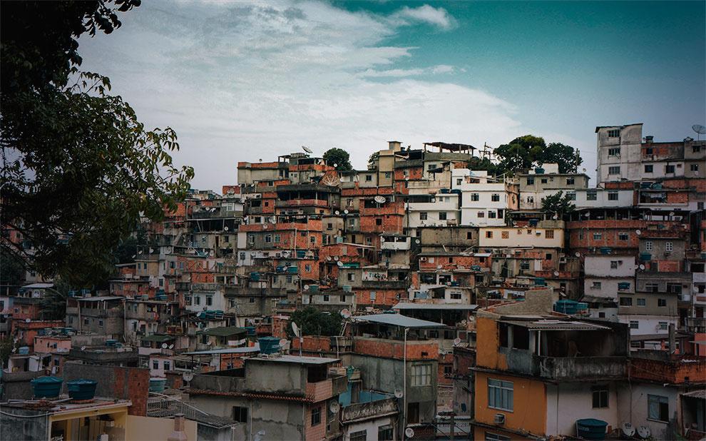"""Favela: Four Decades of Living on the Edge in Rio de Janeiro"" gains Portuguese version"