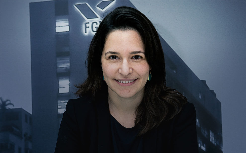 Professora concorre a prêmio por defender acesso de mulheres a recursos para campanha eleitoral