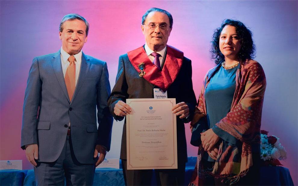 Professor recebe reconhecimento internacional por sua contribuição ao campo da Administração