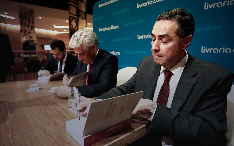 Livro com o ministro Luís Roberto Barroso é lançado em São Paulo