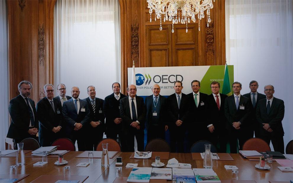 Representantes do Poder Judiciário e da Embaixada do Brasil na França se reúnem na sede da OCDE em Paris